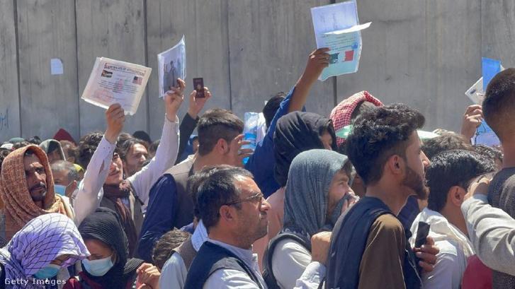 Kimenekítésre váró afgánok várakoznak a kabuli repülőtéren 2021. augusztus 26-án