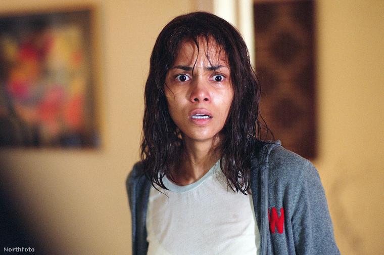 Halle Berry a Gothika (2003) című film forgatásán az egyik jelenetben olyan keményen küzdött, hogy el tudjon menekülni, hogy eltörte az alkarcsontját