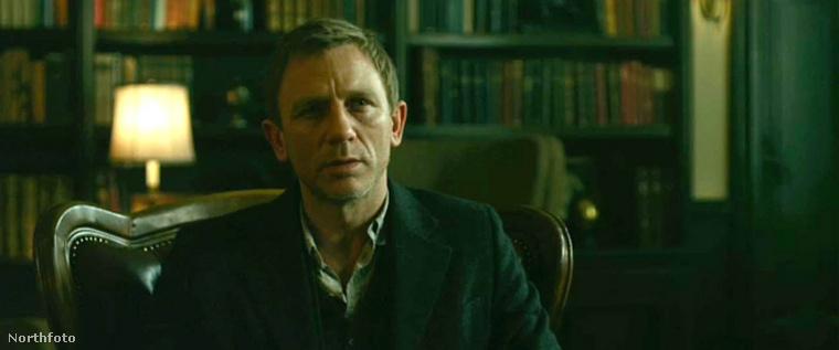 A tetovált lány (2011) egyik jelenetében Daniel Craig úgy tett, mintha eszméletét vesztené, miután a fejére húztak egy zacskót, hogy azzal fojtsák meg