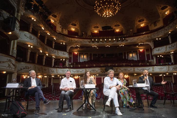 Rudolf Péter a Vígszínház igazgatója beszél (j) a színház 125. évadának évadhirdető sajtótájékoztatóján 2020. július 1-jén. Mellette Hegedűs D. Géza (b), Kern András (j3), Börcsök Enikő (j2), Bach Kata (b3) színművészek és Valló Péter rendező (b2)