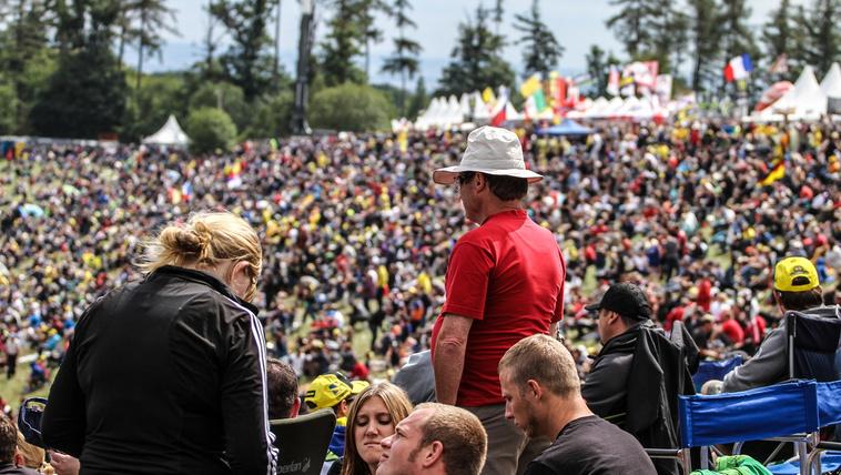 Tapintható tömeg tolongott a csehországi versenypályán. Érezhetően sokkal több ember látogatott ki a versenyre, mint az elmúlt években. Köszönhető volt ez részben Valentino Rossi sokadik virágzásának, és Marc Marquez tündöklésének. A számokat látva nem csalódtam, a hétvége során kétszáznegyven ezer ember utazott a helyszínre, így a Cseh Nagydíj lett a 2014-es szezon leglátogatottabb futama, maga mögé utasítva a jerezi és sachsenringi fordulót.