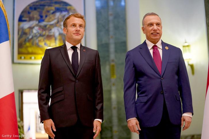 Emmanuel Macron Musztafa al-Kádimi iraki miniszterelnökkel a bagdadi repülőtéren 2021 augusztus 28-án