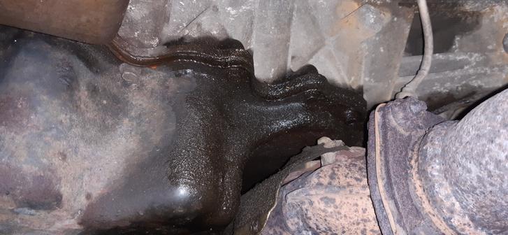 A katalizátort pontosan az olajteknő alá helyezték, amit pedig gagyi anyagból készítettek