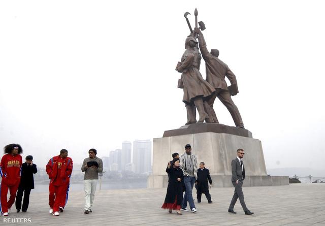 Rodman és a Harlem Globetrotters tagjai Észak-Koreában