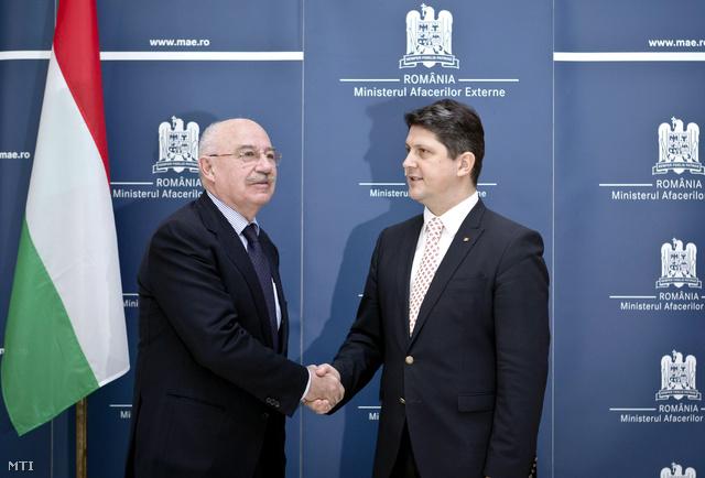 Titus Corlatean román külügyminiszter (j) fogadja Martonyi Jánost, a magyar diplomácia vezetőjét (b) Bukarestben.