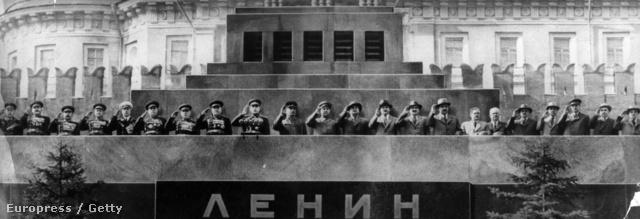 1952. Kommunista vezetők tisztelegnek május elsején a Vörös téren. Az utolsó nyilvános fotó, ahol a meggyengült Sztálin együtt szerepel a párt vezérkarával.