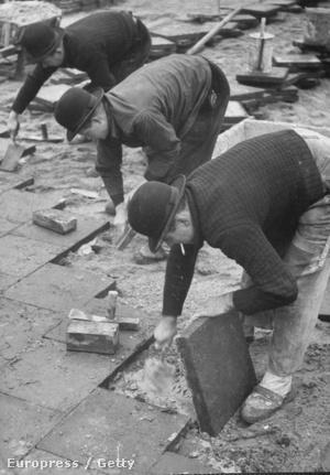 A Sztálin-szobrok körüli tereket rendező munkások kapták a legmagasabb fizetést 1952-ben
