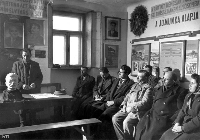 1953. március 6. Mezei Károly elnök mond gyászbeszédet az ürömi Cservenkov Termelőszövetkezetben a Sztálin halála miatt tartott röpgyűlésen. Az asztalon egy fekete kendőbe burkolt Sztálin-szobor