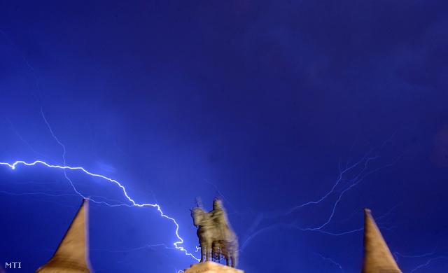 Vihar cikázik az égbolton, ami a budai várból is jól látható