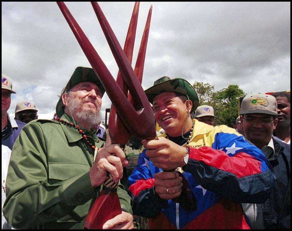 Chávez rendkívül szoros kapcsolatot ápolt Fidel Castróval és a kubai vezetéssel, diplomáciai útjainak többsége a szigetországba vezetett. A két ország között a gazdasági kapcsolatok is rendkívül élénkek voltak, ai azok kiegyenlítetlensége miatt olykor feszültségeket is szült a lakosság köreiben: az olcsó venezuelai olaj ellenében Kuba számos képzett orvost exportált a dél-amerikai országba, ezzel hiányt teremtve a venezuelai ellátórendszerben.