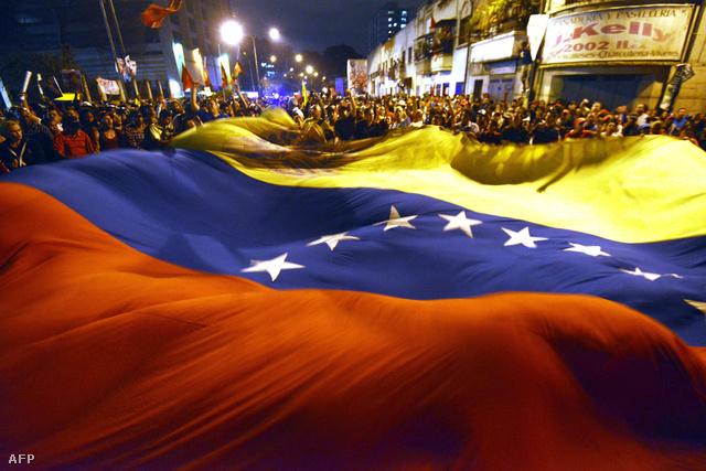 Szimpátiatüntetés a caracasi katonai kórház előtt, ahol Chávezt ápolták utolsó napjaiban