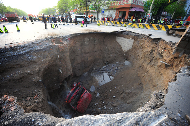 Pekingben 2011 áprilisában nyílt meg a föld,                           A metró építése miatt megmozgatott föld egy teherautó alatt szakadt be, a sofőr és utasa könnyebben megsérültek, amikor kiugrottak a járműből.