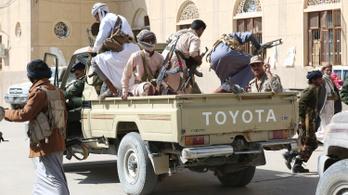 Jemeni lázadók rakétákkal és drónokkal röpítették levegőbe a hadsereg légitámaszpontját