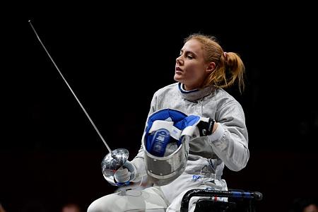 Hajmási Éva az ukrán Jevhenilija Breusz elleni asszó után a kerekesszékes vívás A. kategóriájának kard egyéni bronzmérkőzésén 2021 augusztus 25-én