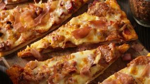 Mediterrán karfiolpizza darált hússal és hideg joghurttal