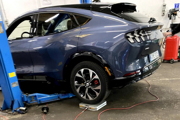 2210 kilónyi Ponycar a Mustang Mach-e, az bő két mázsa a Teslához képest, pedig kisebb. De az akksija nagyobb 23 kWh-val.
