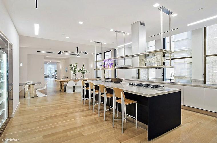 A Manhattanben található, tetőtéri, nagy teraszos lakást az énekes-színésznő csaknem négy évvel ezelőtt 25 millió dollárért (7,38 milliárd forintért) bocsátotta az ingatlanpiacra, ám nem kapkodnak érte túlságosan, hiába található remek környéken és van ellátva minden luxussal