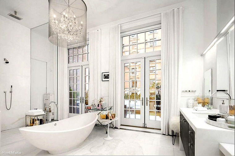 Külön fürdőszoba nyílik mindhárom hálóból.