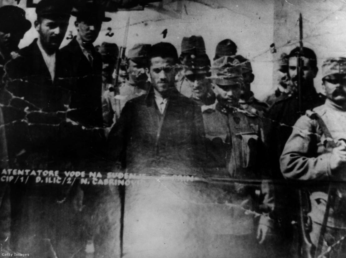 A Ferenc Ferdinánd főherceg és felesége meggyilkolásával vádolt férfiakat a tárgyalóterembe vezetik: Gavrilo Princip, Danilo Ilić és Nedjelko Čabrinović