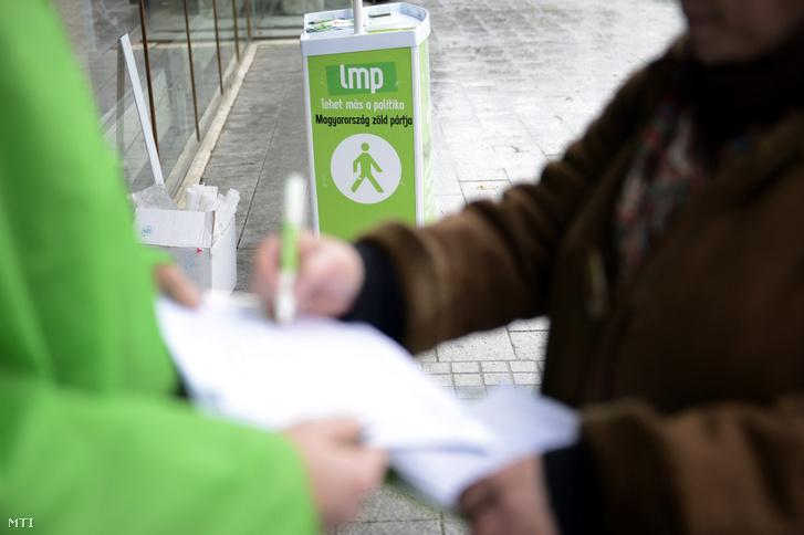 LMP-s aktivisták aláírásokat gyűjtenek 2015. január 5-én Veszprém belvárosában