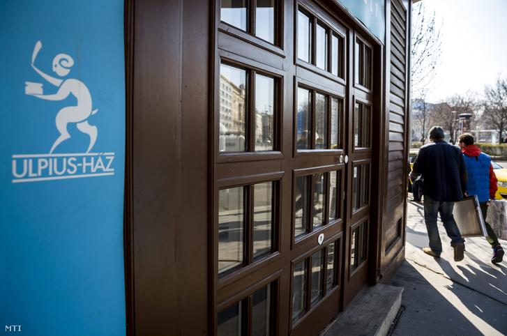Az Ulpius-ház könyvkiadó boltja Budapesten a Bajcsy-Zsilinszky úton 2015. március 18-án