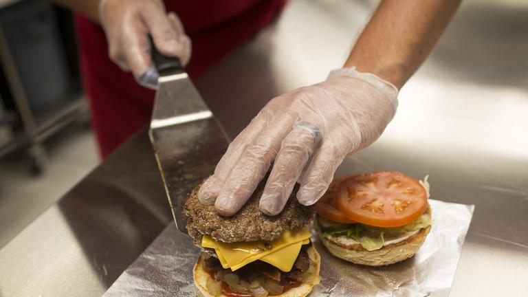 Aki mekis hamburgerre vágyik, ezt a videót ne nézze meg!