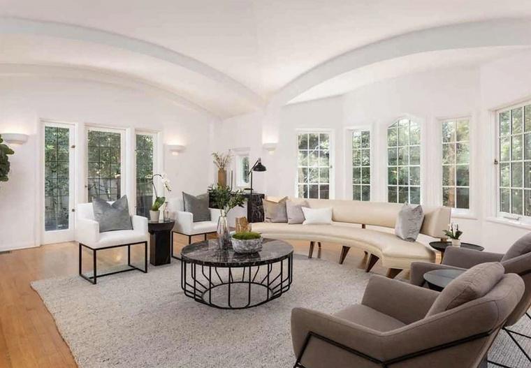 Az elegáns nappaliba elegendő fény árad be, DiCaprio itt kényelmesen tanulhatta a szövegeket.