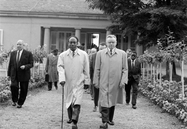 Dr. Kwame Nkrumah, a Ghánai Köztársaság elnöke (b) és Kiss Károly, az Elnöki Tanács helyettes elnöke a balatonaligai pártüdülő kertjében 1961. július 30-án