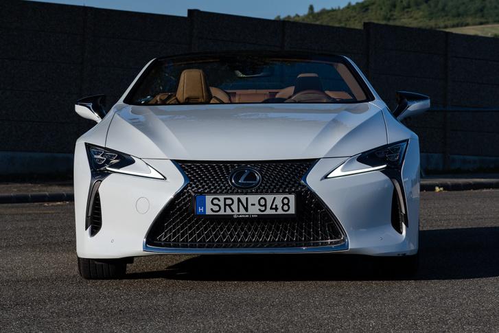 Egyszerre vad és organikus az LC orra, ide nagyon illik a Lexus hűtőrács