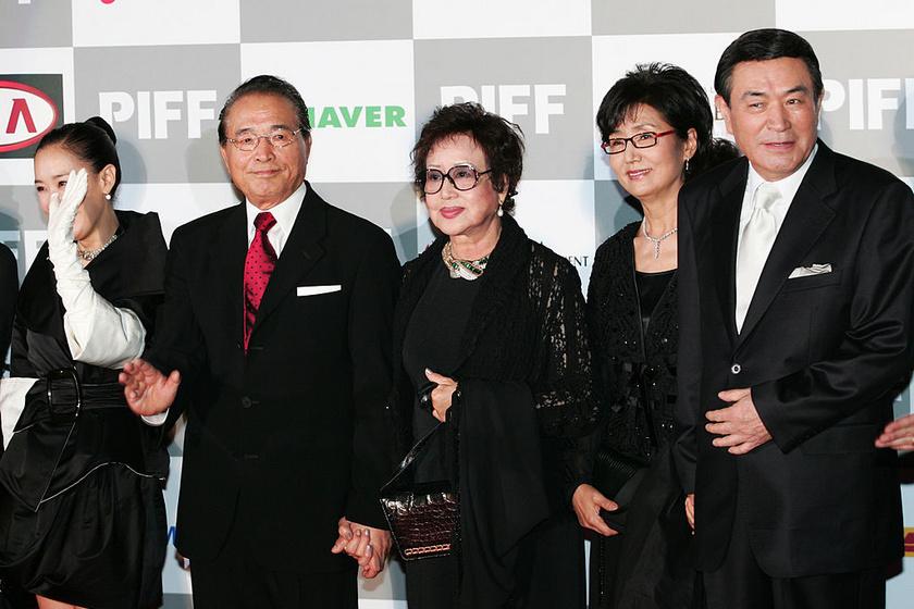 Cshö Unhi (középen) a megmenekülése után, már 2006-ban.