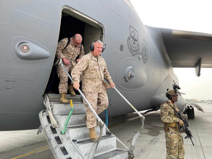 Frank McKenzie, a CENTCOM parancsnoka megérkezik a kabuli repülőtérre 2021 augusztus 27-én