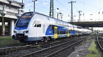 Újabb négy emeletes vonat segíti az elővárosi közlekedést