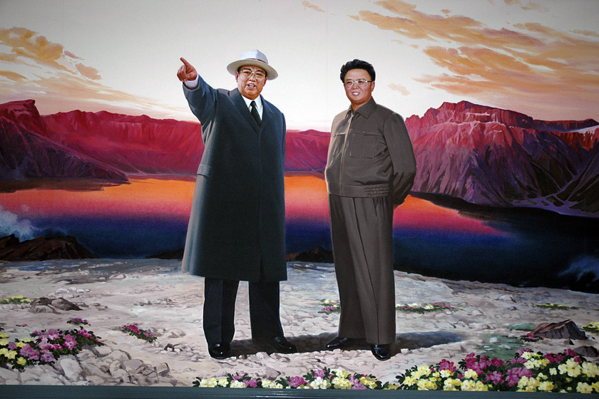 Propagandaposzter Kim Ir Szenről és Kim Dzsongilról.