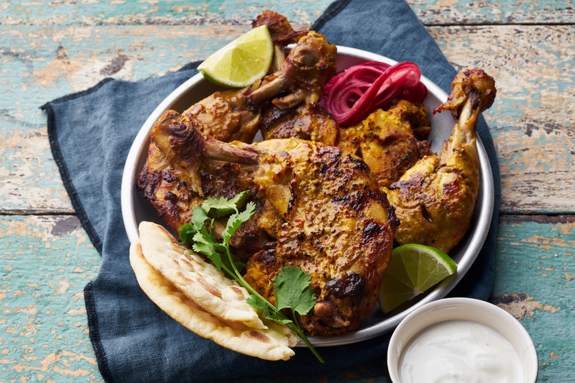 Tandoori pácban érlelt isteni csirkecombok: a fűszeres, omlós hús egyenesen a sütőből