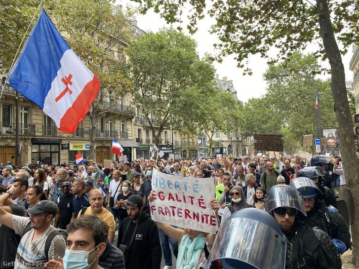 Oltási kötelezettség elleni demonstráció Párizsban 2021. augusztus 15-én