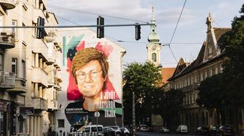 Elkészült az óriási falfestmény Karikó Katalinról