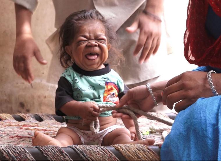 Anyja a Truly videójában azt mondta, a falubelik nem riadnak meg Singtől, sőt:  áldásként tekintenek rá