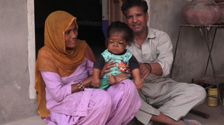 Singh szerencsére szerető családba született, rokonai gondját viselik