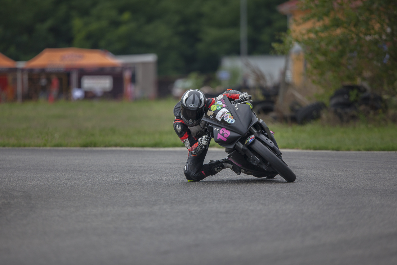 A motorversenyzés nem kizárólag fiúknak való, a mezőnyben vannak lányok is - és nem is akárhogyan mennek.
