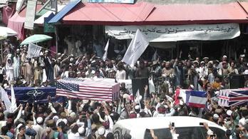 Amerikai és NATO-zászlókkal letakart koporsókkal ünnepelnek a tálibok