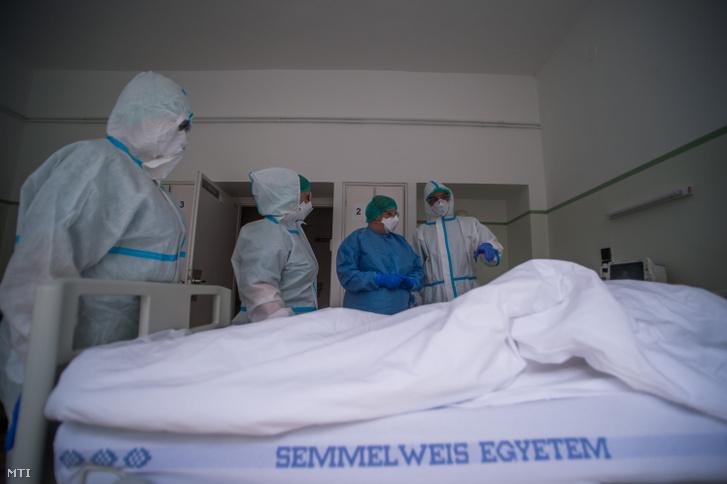 Védőfelszerelést viselő ápolók beteget látnak el a koronavírussal fertőzött betegek fogadására kialakított intenzív osztályon az Országos Korányi Pulmonológiai Intézetben 2020. május 5-én