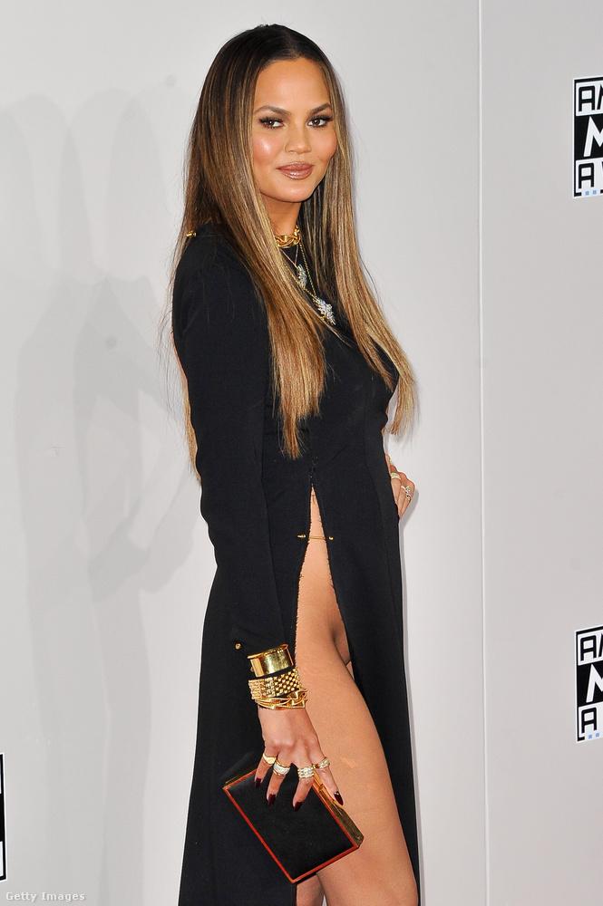 Chrissy Teigen választása egy igen villantásveszélyes ruhára esett a 2016-os American Music Awards zenei díjátadó gálán