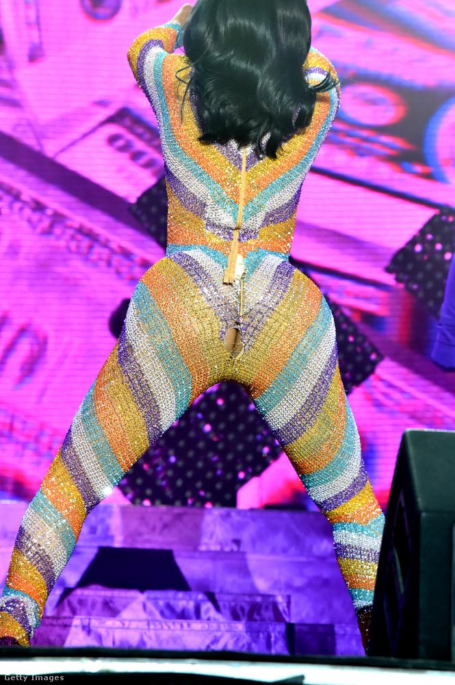 Cardi B a 2019-es Bonnaroo Arts And Music Festival eseményén olyannyira beleadott mindent a színpadon, hogy kerek fenekén kihasadt a színes ruhaanyag.