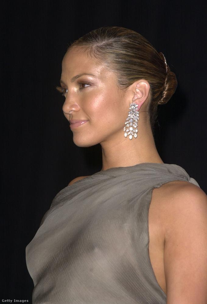 Az áttetsző ruhadarabokat Jennifer Lopez is szereti, de a melltartót nem igazán..
