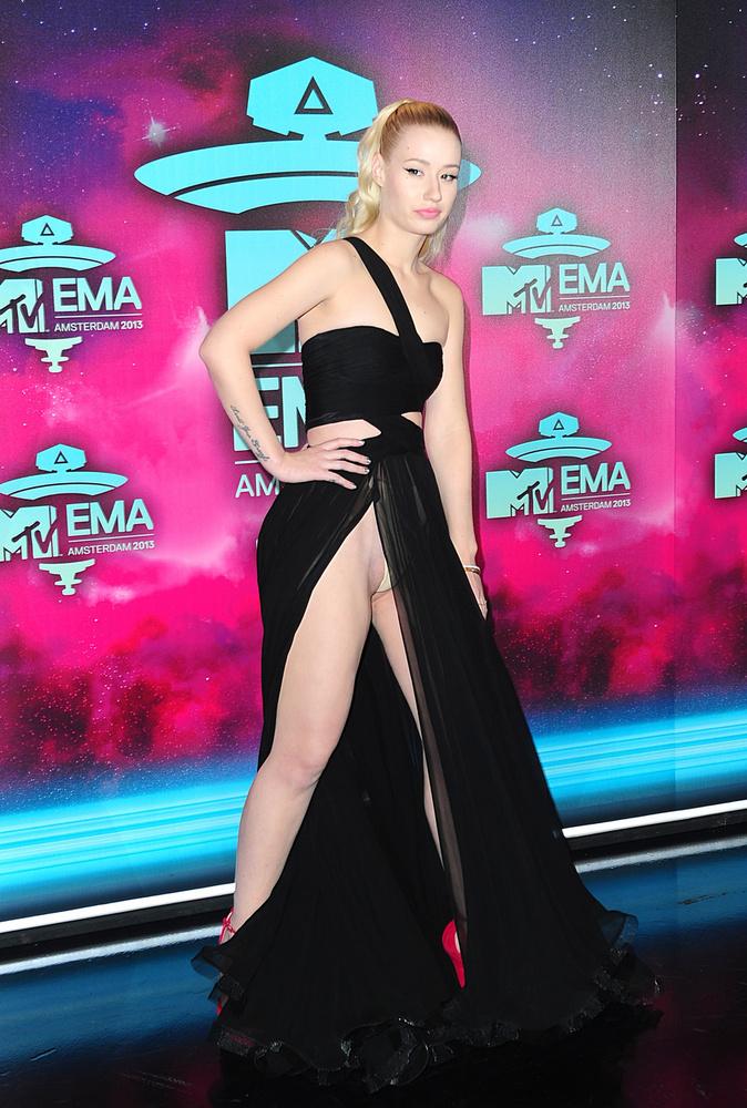 Hopp, egy bugyi! Iggy Azalea a 2013-as z MTV Europe Music Awards-on elég kihívó szettben jelent meg, alaposan be is lehetett látni a bugyiig kivágott szoknyája alá.
