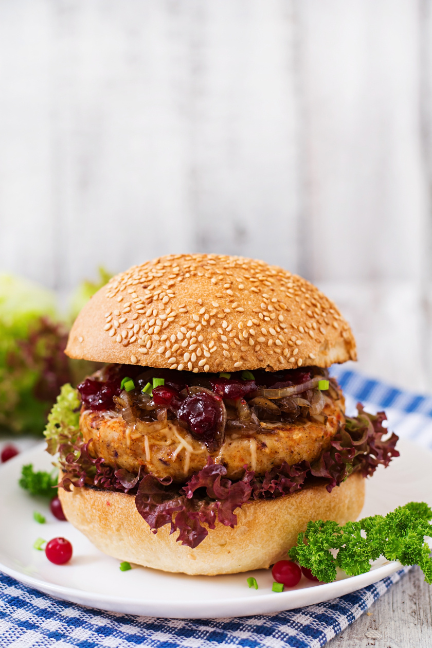 hamburger karamellizált hagymával álló