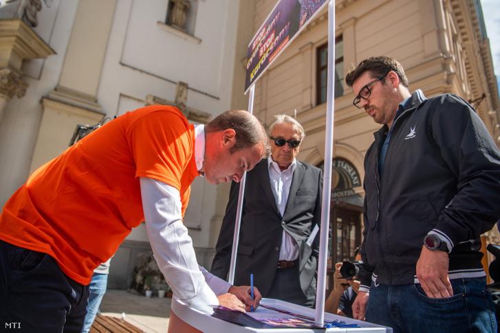 Hollik István a Fidesz kommunikációs igazgatója aláírja a Fidesz és a KDNP a Stop Gyurcsány! Stop Karácsony! elnevezésű petícióját a belvárosi Ferenciek terén 2021. szeptember 1-jén