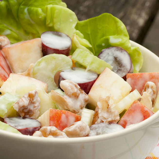 Mennyei, krémes Waldorf-saláta édes szőlővel, almával és ropogós dióval