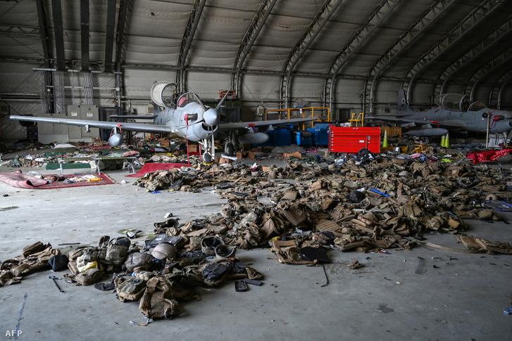 Az afgán légierő A–29-es repülőgépei és páncélozott mellények hevernek a földön a kabuli repülőtéren 2021. augusztus 31-én, miután az Egyesült Államok kivonta minden csapatát az országból