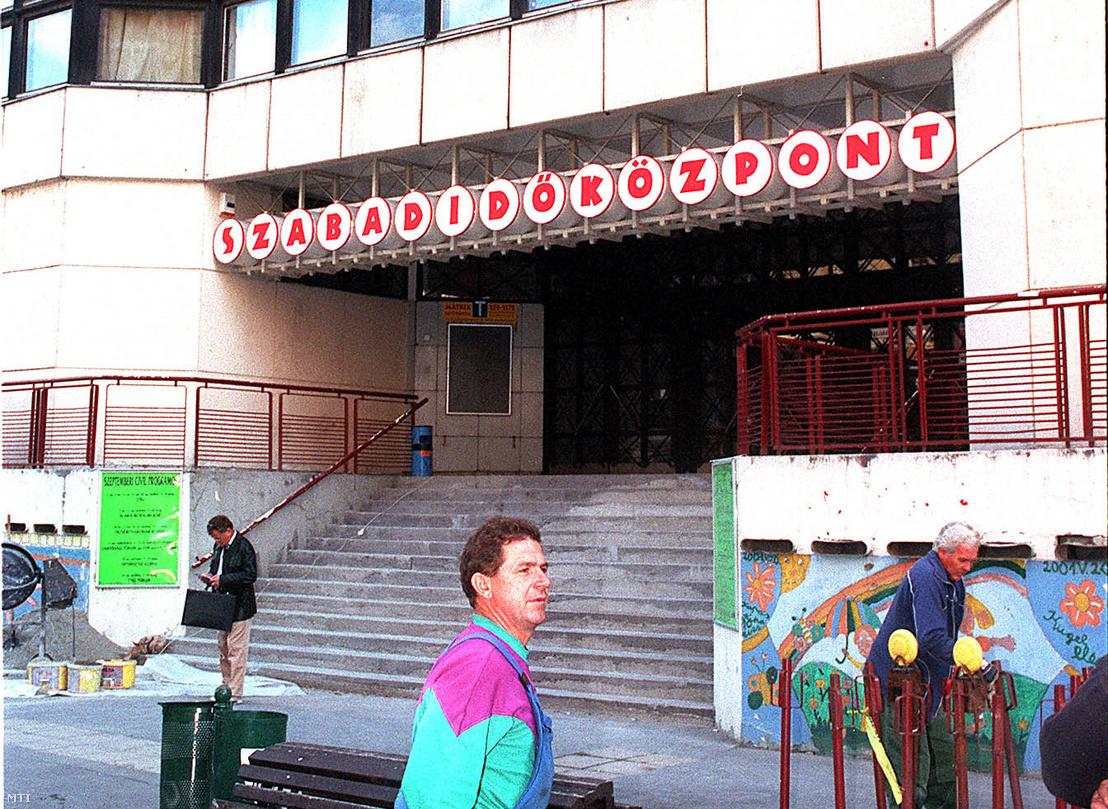 Elkészült az Almássy téri Szabadidőközpont felújításának első szakasza, így a főbejárat, a fogadószint és az első emelet már eredeti állapotában fogadja a látogatókat 2002. szeptember 16-án